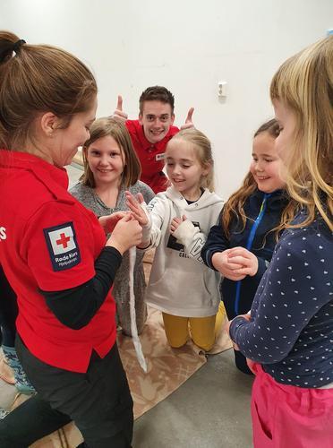 Engasjerte barn på førstehjelpskurs