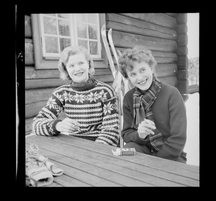 I 1952 hadde kvinnene kastet skjørtet på tur, og nøt gjerne en cigaret i det fri.