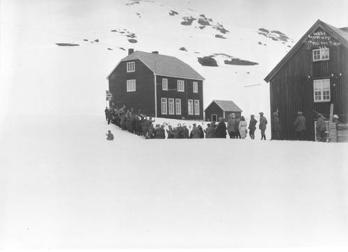 17.mai feiring ved Finse skole 1924. Foto: Anders Beer Wilse, Digitalt Museum