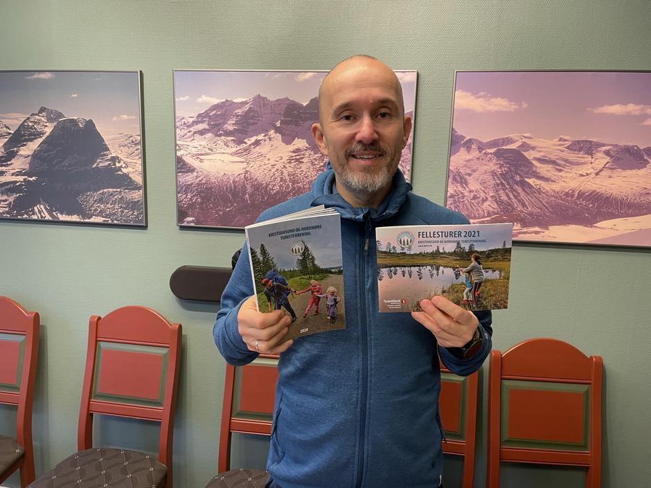 Daglig leder Roar Halten viser fram årets utgave av årbok og fellesturhefte