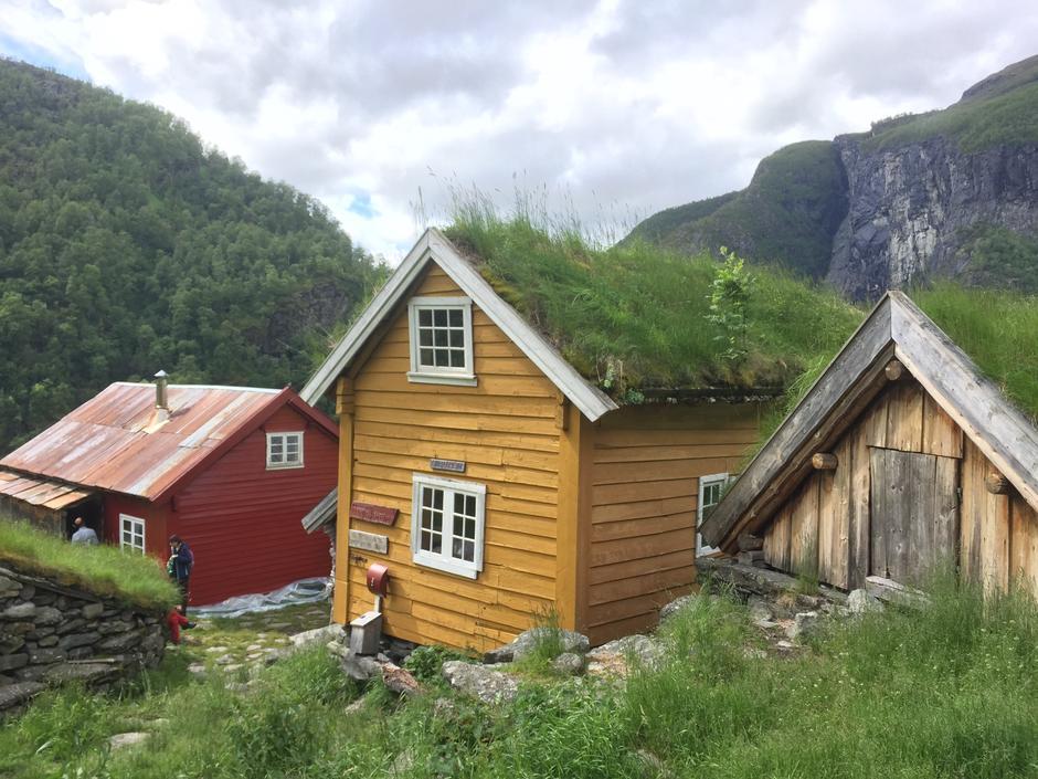 Grønt og frodig ved Sinjarheim i Aurlandsdalen.