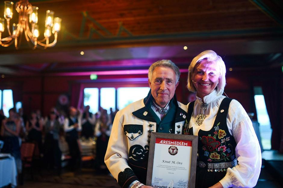 Knut Ore ble tildelt æresmedlemskap under DNTs landsmøte. Avtroppende styreleder, Berit Kjøll, fikk selv tildelt den gjeve Gullknappen i DNT.