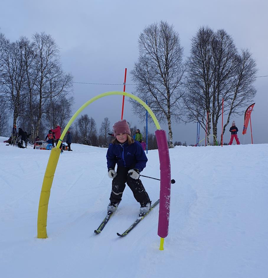 Frøydis (7 år) i god driv i skiløypa