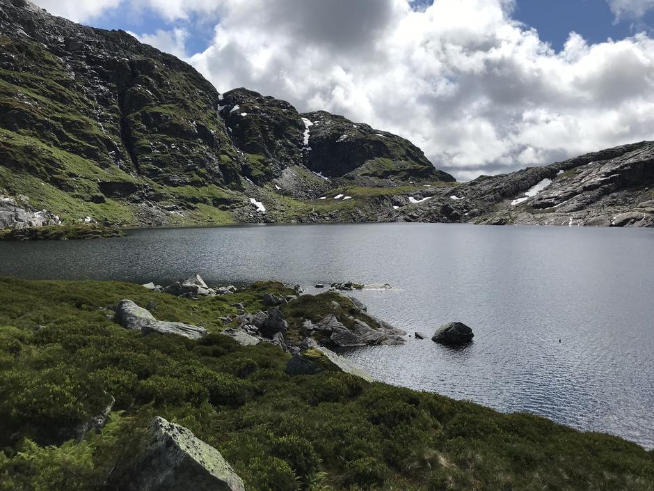 Storlitjørn (825 moh). Ruten går på østsiden av vannet.