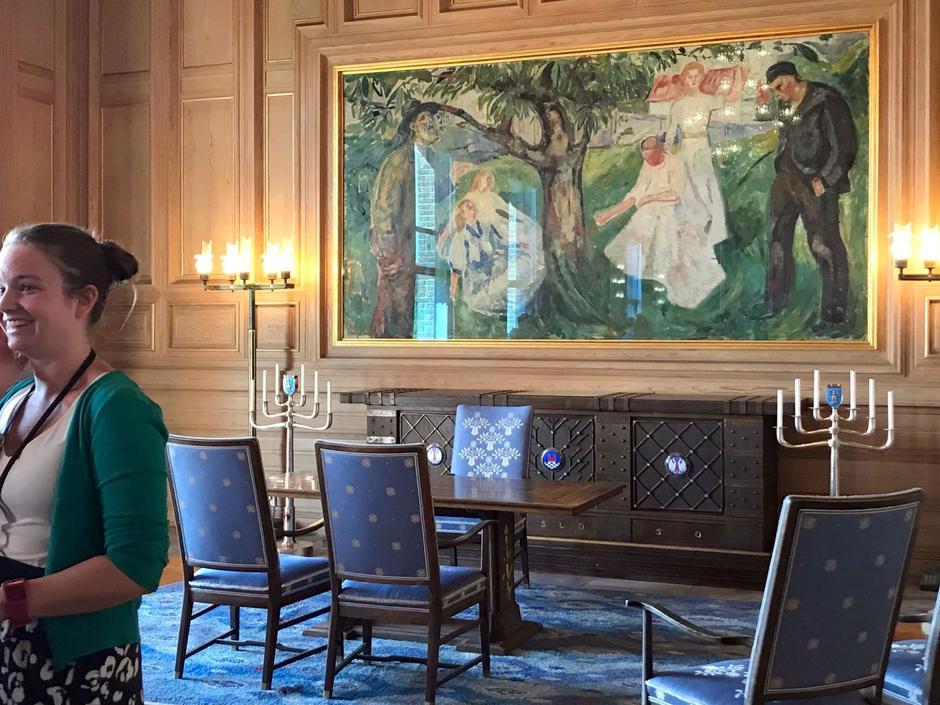 Fra salen hvor vielser foretas daglig. Maleriet viser livets tre.