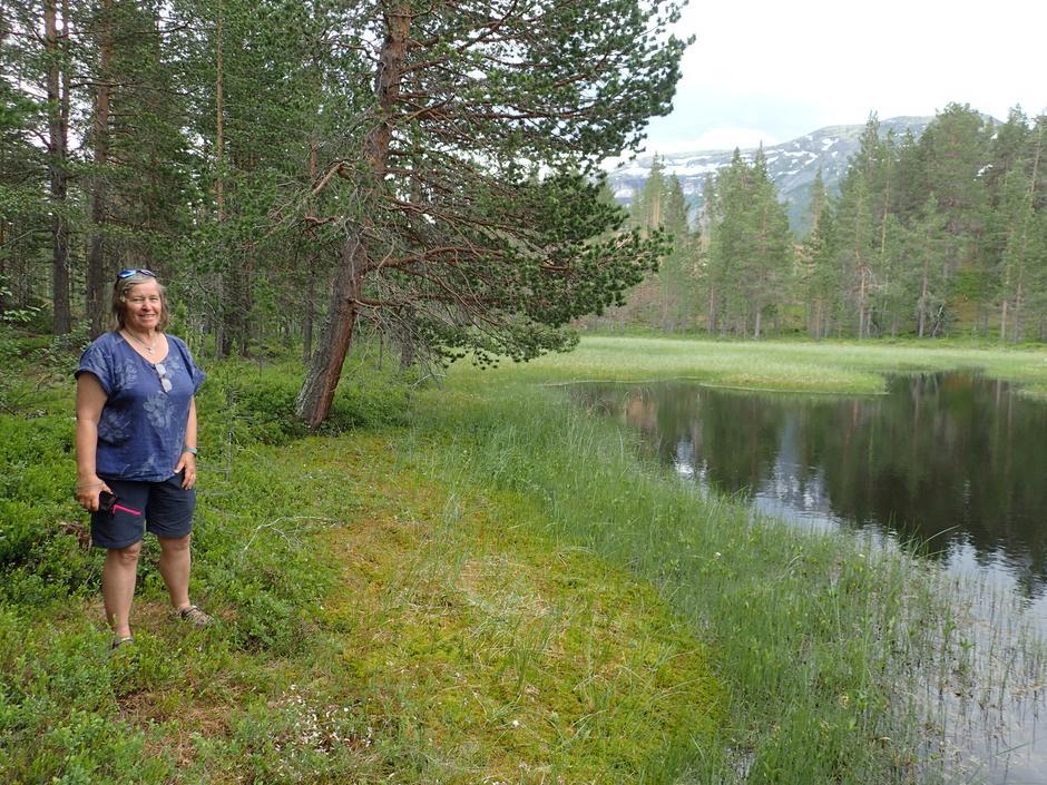 Ingrid ved dam med karusser