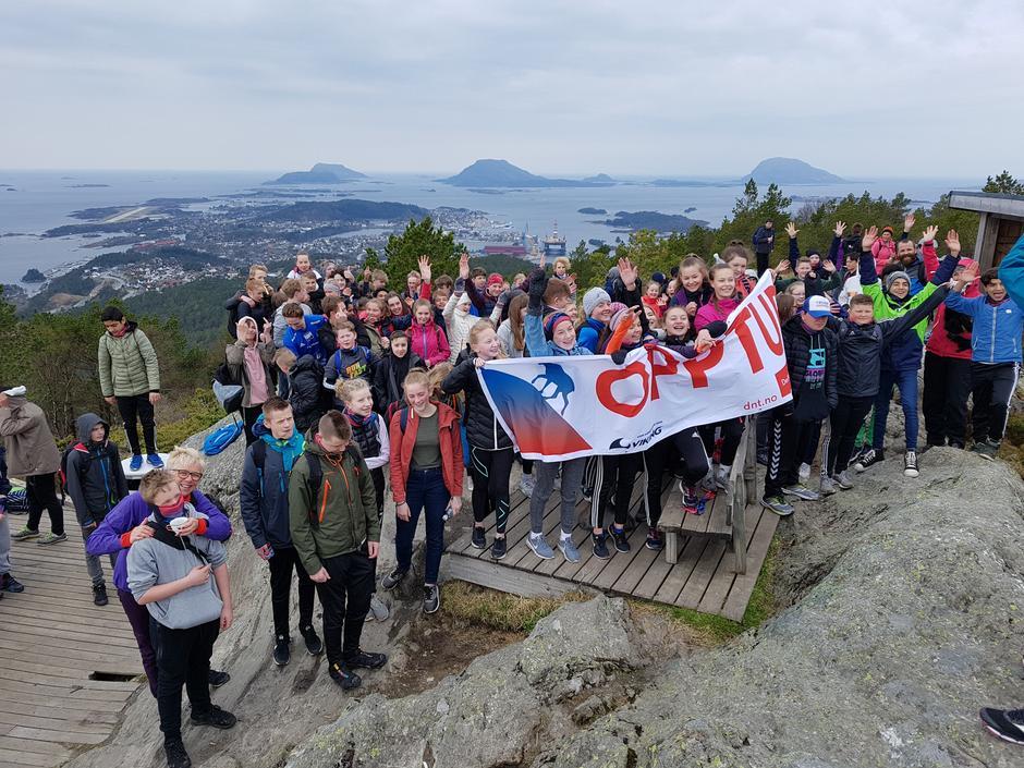 Brandsøyåsen er det endelege turmålet  for elevane frå skulane i Flora og Eikefjord.