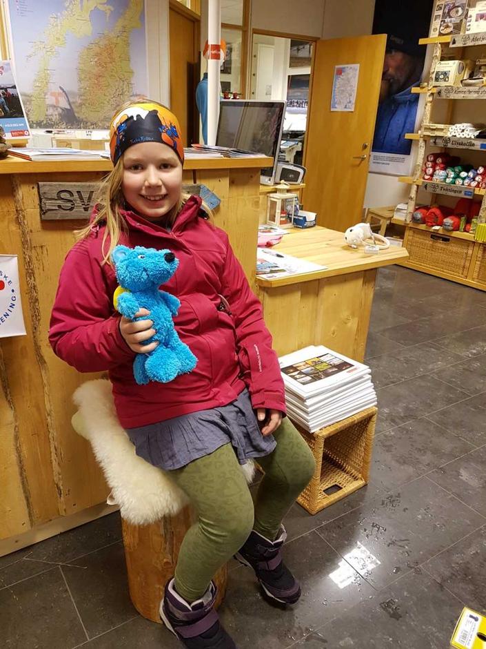 Denne blide jenta har på seg pannebåndet med Turbomotiv, samt holder den myke Fjellreven i hånden.