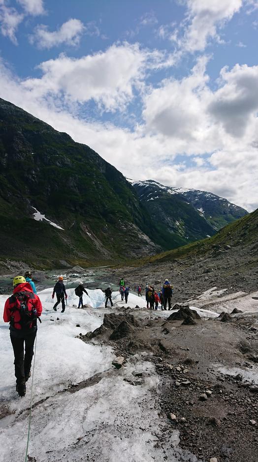 Vandring på Austerdalsbreen under BaseCamp Sommar 2019