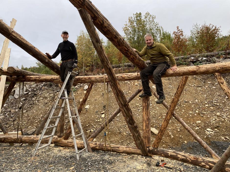 Svein Arne Rudi (til venstre) har konstruert gapahuken. Tore Lien (til høyre) har lagt ned et betydelig antall dugnadstimer.