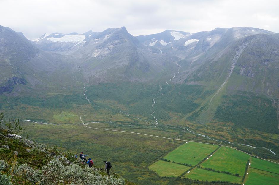 Turen blei avsluttet ned i vakre Holedalen. Her finner man et av de flotteste kulturlandskapa på Sunnmøre.