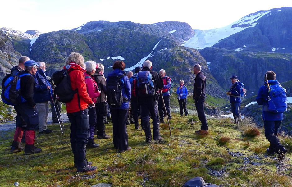 Orienteringsstans på seniorgruppa sin tur til Juklavatnet 23.09.15 - Botnabreen i bakgrunnen