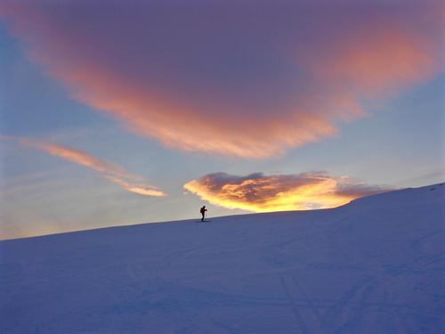 Samler magiske øyeblikk på vei ned fra Tverrfjellet på Kvaløya! Strålende skiopplevelse i solnedgangen! <3