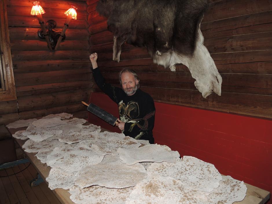 Bakstegubbe Håvard Steinsholt med en brøkdel av sitt hjemmebakte flatbrød