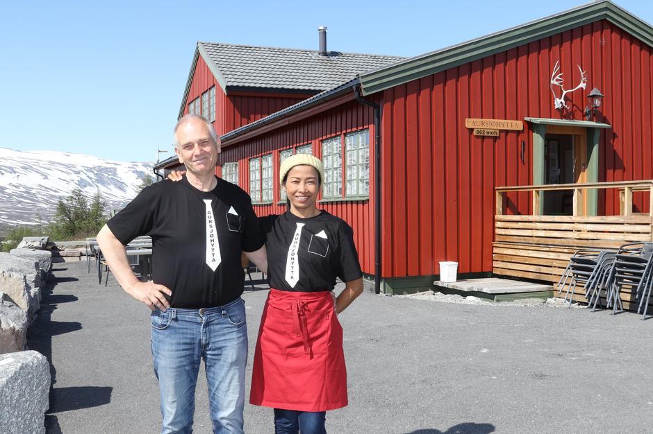 Nils Johan og Yupin er vertskap på Aursjøhytta.