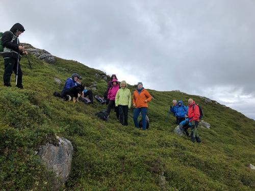 Turdeltakere tar en matpause og finner ly ved Storhornet