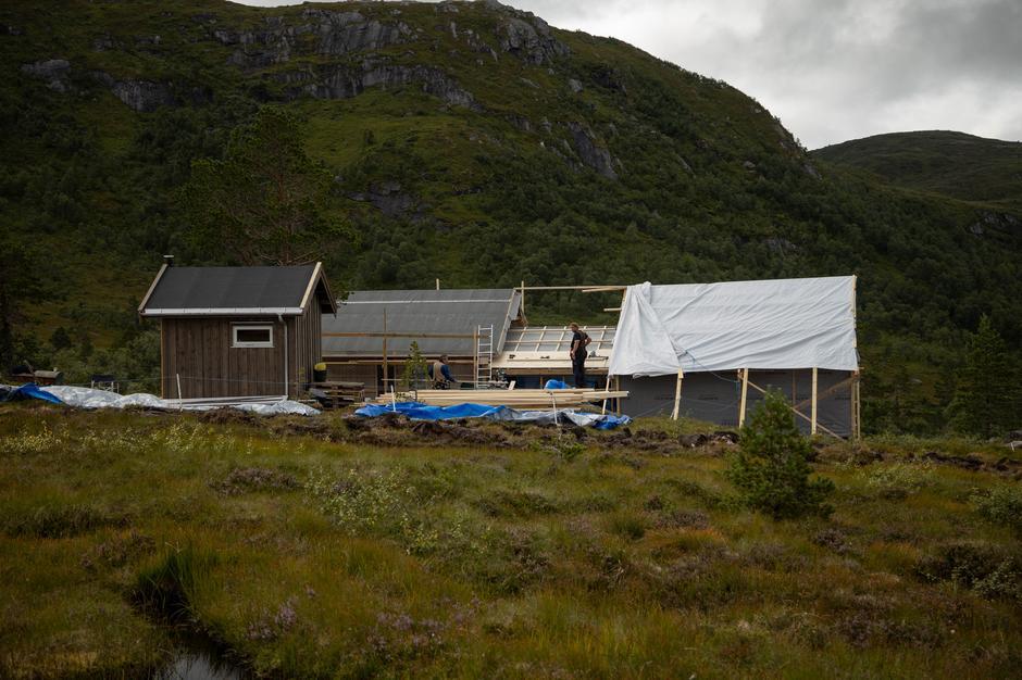 På vei opp møtte vi en gjeng som bygde ei ny hytte i lia.