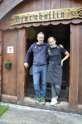 Svein og Beate ynsker velkommen til Bjørnhollia.