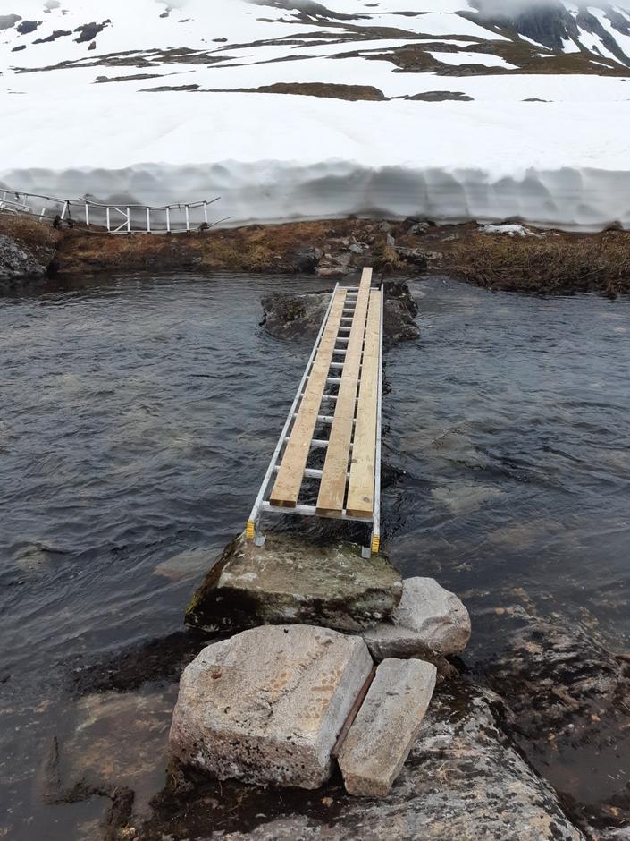 Arnfinn Valaker laga til ei provisorisk bru med hjelp av ein stige han henta på hytta.
