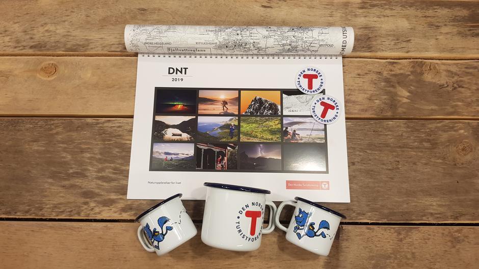 Kalender, matpapir, kopper.  Alle med DNT-motiv.