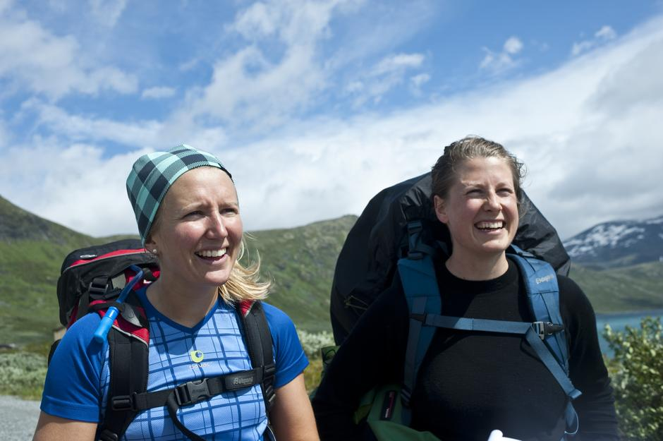 Kari-Anne Strandman og Julie Gjerdingen har gått fra hytte til hytte i Jotunheimen før Vinjerock.