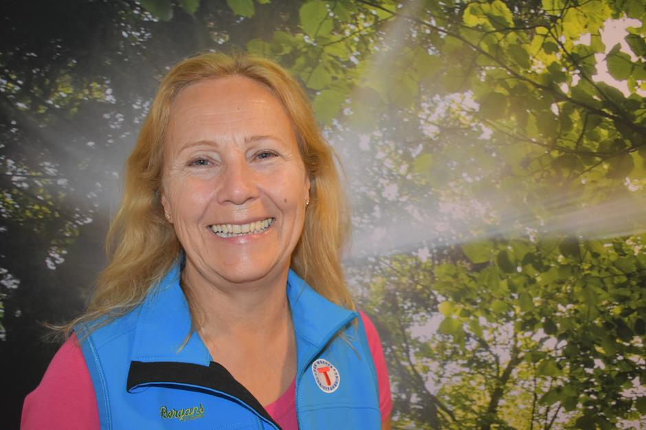 Bestyrer på Breivoll Gård, Marit Skjerven, ønsker alle velkommen til stort åpningsarrangement.