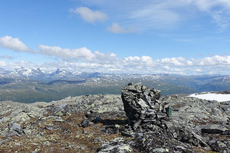 Varden på Gruvefjellet. Utsikt mot Falketind og Hjelledalstind.