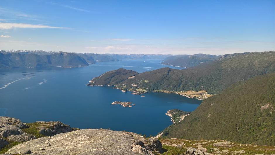 Utsikt utover Sognefjorden med Storholmen, Fagernes og Norevikane.