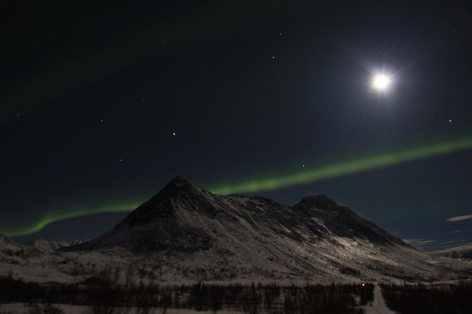 Fullmåne og nordlys mot Breitind og Smaltind i Nuvsvåg