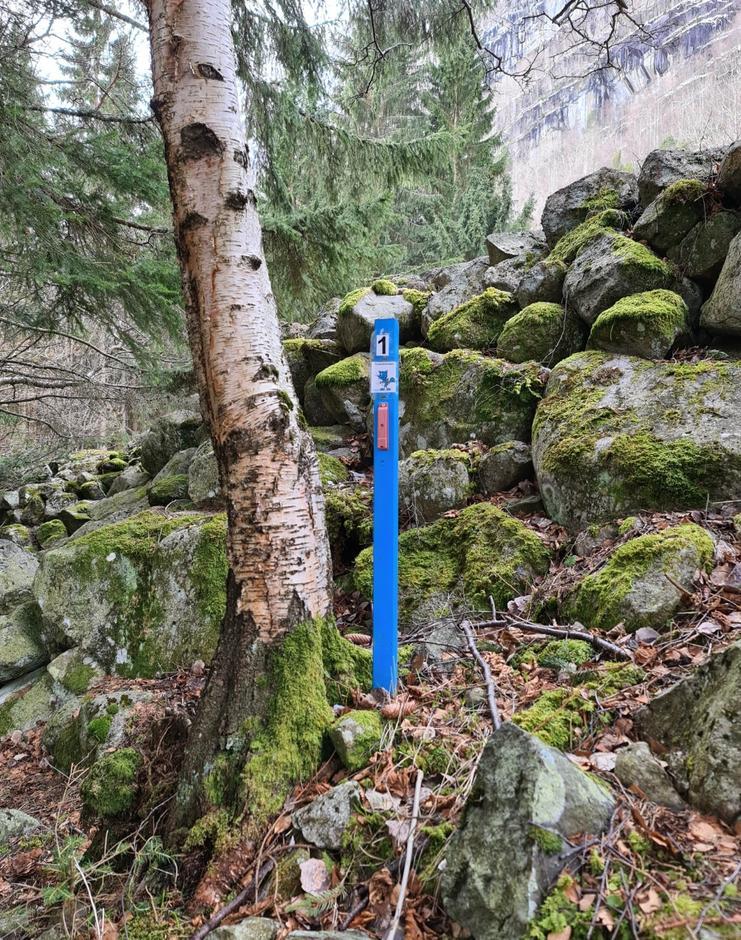 Turbotrimstolpe nr 1 er plassert  på stien mellom Strand og Sandvin. Står på høgre side i det du går inn i skogen. Kan parkere inne på Strand der du kan gå opp til Jordalsstølen
