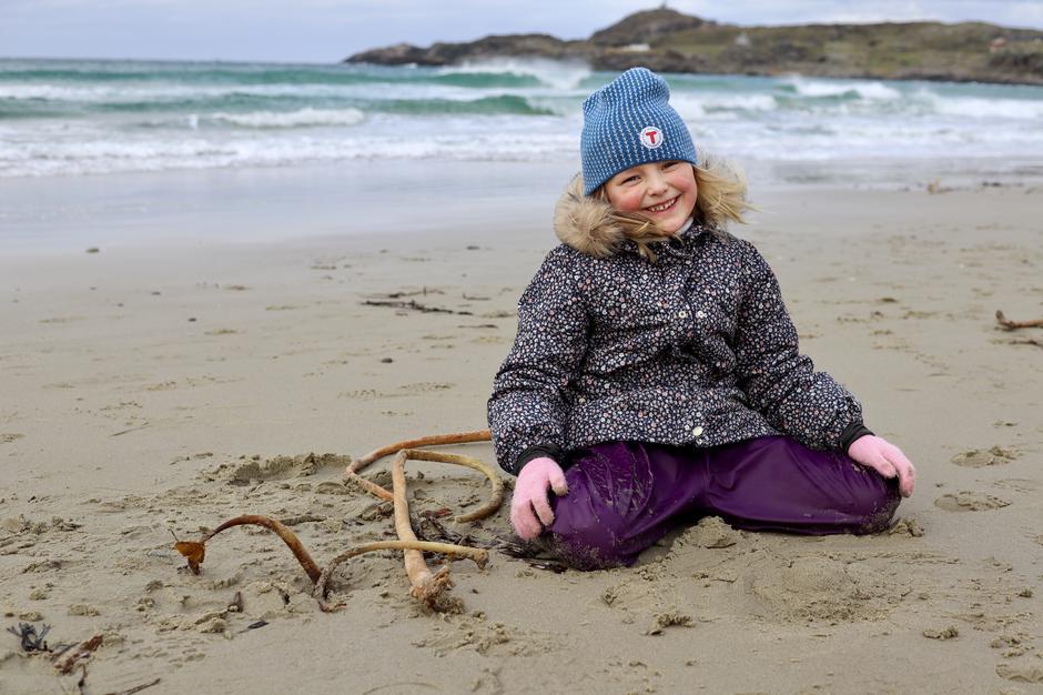 Stranden er også en ypperlig plass for lek i sanden med rekved og pinner man finner langs sjøkanten. Skriv bokstaver,  grav i sanden og lag sandslott.