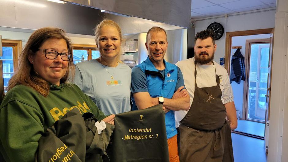 Nestleder Kristina Hegge i Innlandet Bondelag, vertskap Sonja Rykhus og Rune Sundt og bondelagskokk Halvar Ellingsen er alle glade over at Grimsdalshytta ble plukket ut til å delta i matprosjektet.