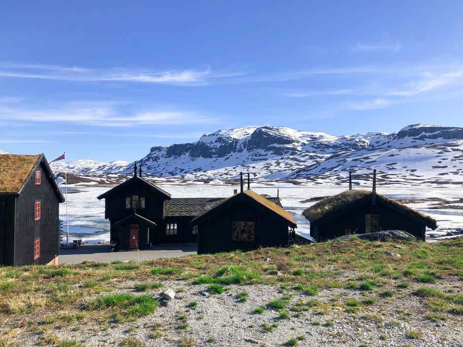 Blå himmel, hvite topper og snart grønt gress - sommeren på fjellet er noe for seg selv