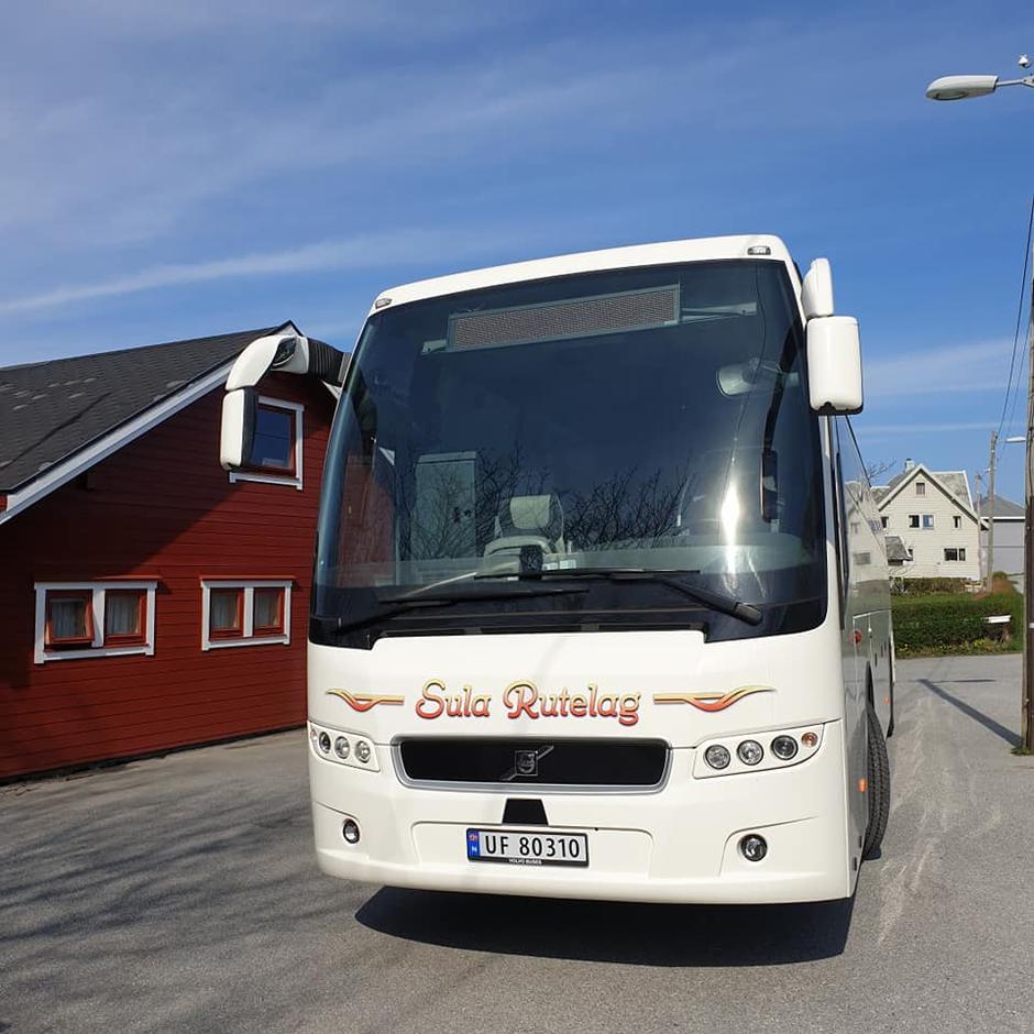 Bjarte Humlen fra Sula Rutelag kjørte bussen i dag og vi kvitterte med sangen : en busssjåfør osv...