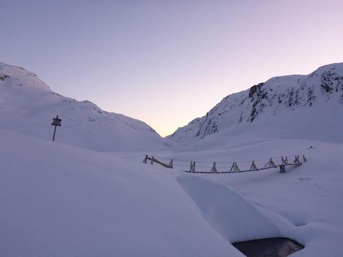 17. januar 2016: Bergsdalen - I stikrysset på sommerruta inn til Kiellandbu. Merk at vintertraseen til Kiellandbu går over Sveindalsnuten og ikke langs sommerruta gjennom Hardingaskaret. Vinterruta er ikke merket.