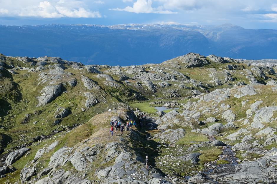 Etter at vi runda Jonstein går vegen vidare i lettgått terreng med vidt utsyn over Hardangerfjorden og Kvammafjella.