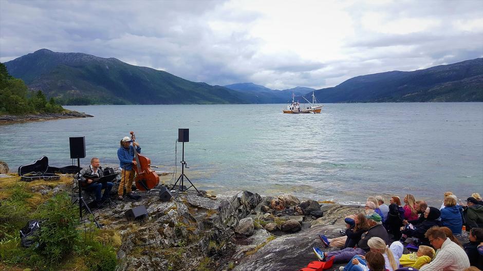Hallvard Kjelen og Snorre Sivertsen spiller nydelige visesanger i standkanten på Hundneset.