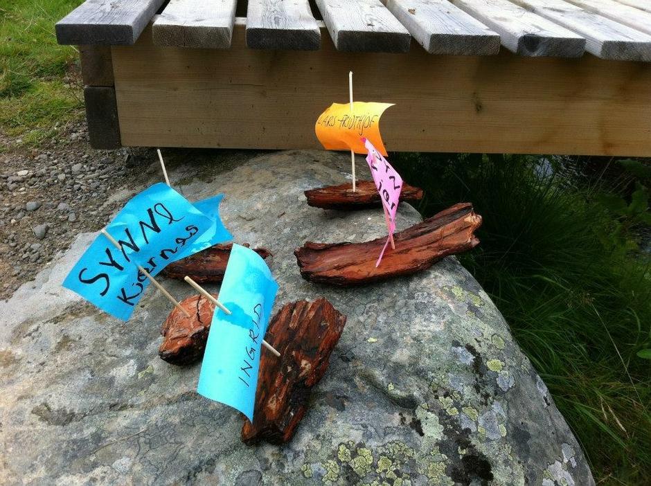 Naturen er verdens største lekeland. Ta med venner og familie og arranger barkebåtrace!