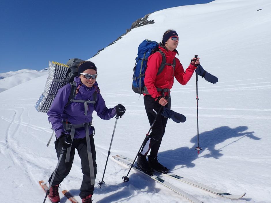 Maria Sætre og Maria Borg på skitur i Tafjordfjella i påska