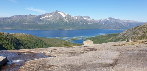 Utsikt mot Kjerfjorden og Strandtinden