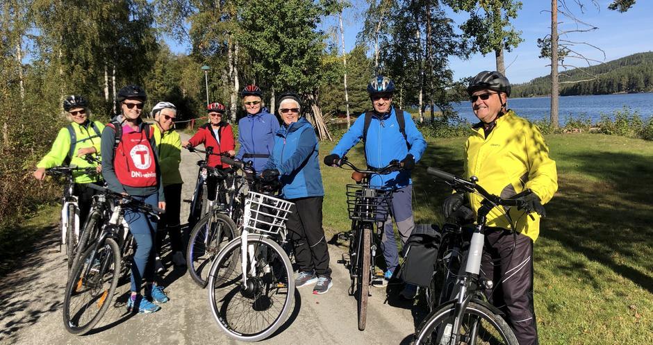 Den første sykkelturen for DNT Finnskogen og omegn, Kongsvinger/Eidskog samlet ni deltakere i strålende høstvær. Her fra en pause ved sjøen Bæreia.