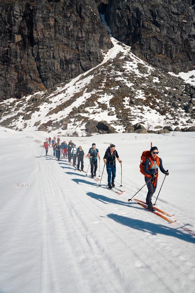 Turen starta i Godalen og fyrste etappe gjekk langs vegen mot Markjelke.