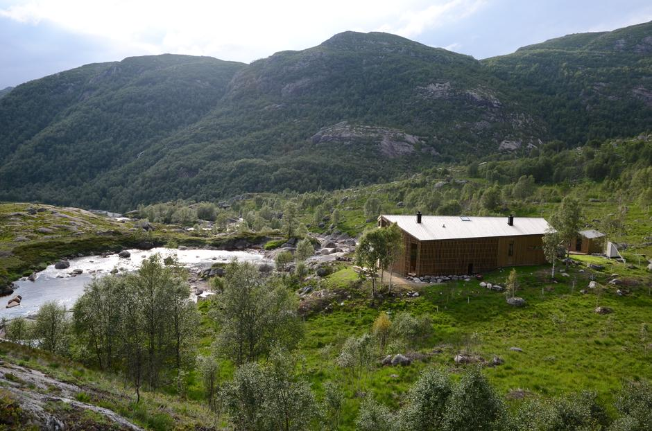 Kvitlen ligger nydelig til på et høydedrag med utsikt over dalen.
