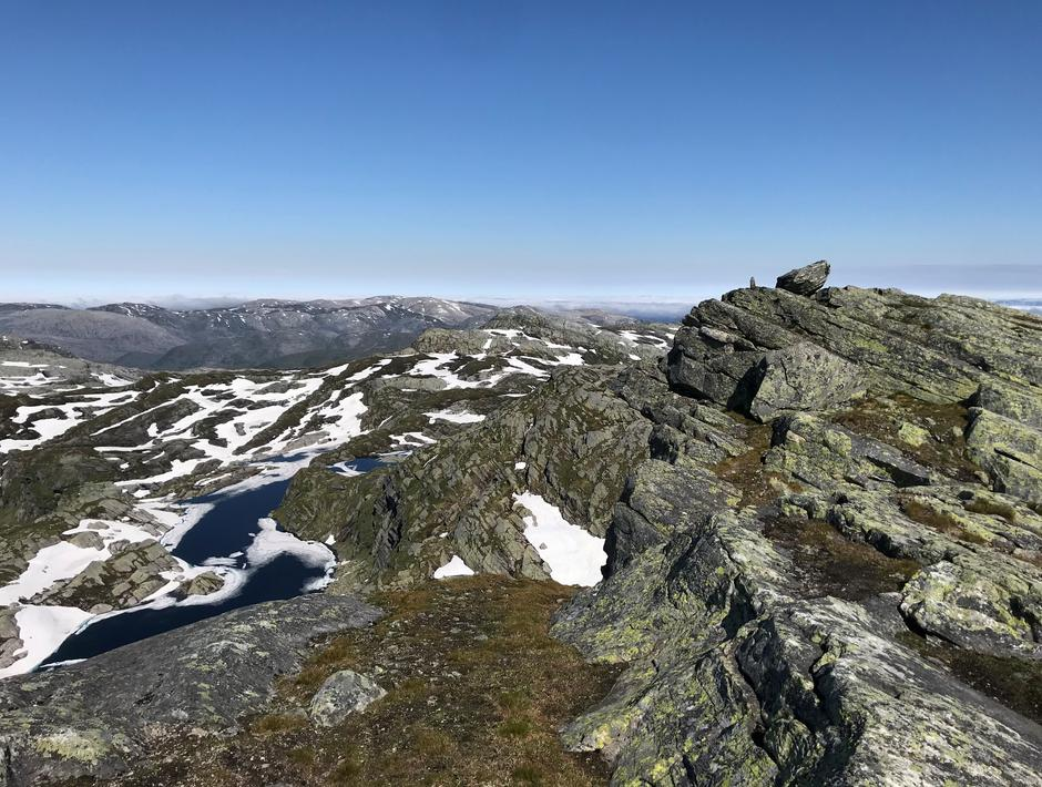Tirsdag 29.6. Utsikt fra Skrott nordover. Ser du Breidablik?