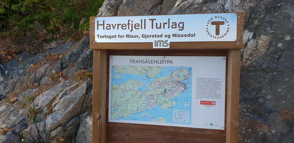 Ny tavle i Fransåsenløypa ved Flisvika.