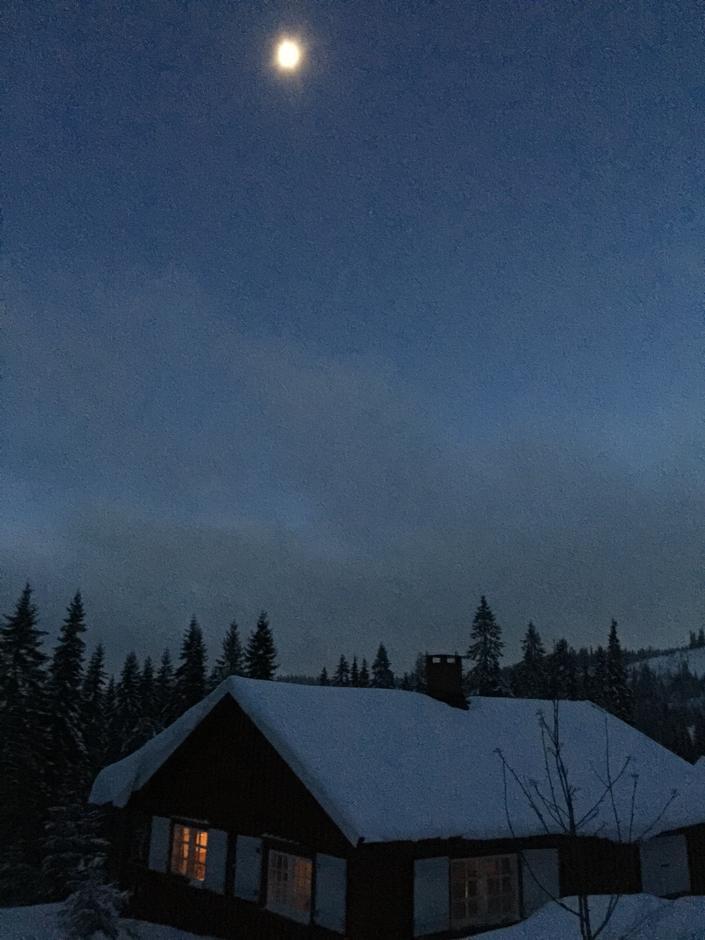Vakkert måneskinn over Vikkelihytta.