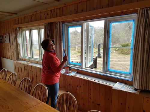 Maling av vinduskarmer på Nedalshytta 2017