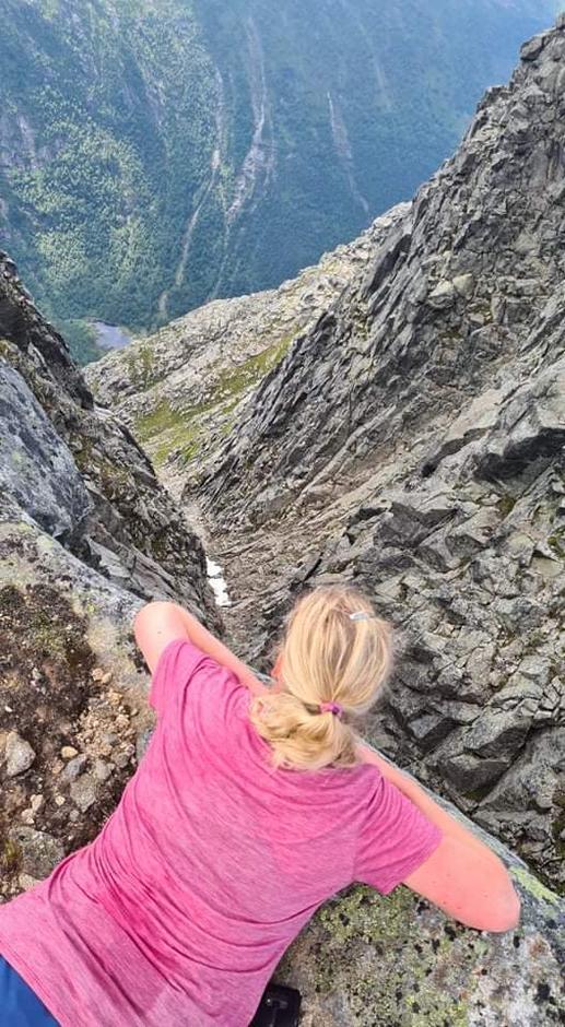 Utsikt i Holo mot Ænesdalen. Her er det bratt!
