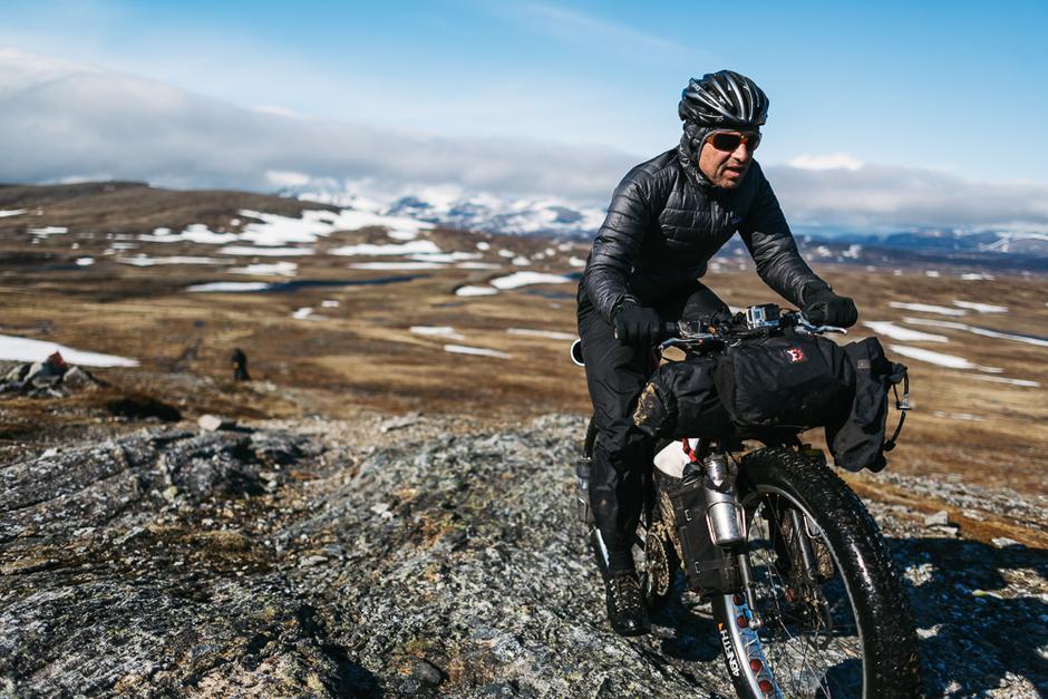 SYKKELFRELST: Filosofen Joe Cruz med fullastet sykkel gjennom Jämtlandsfjellene, som byr på sykkelvennlig fjellterreng.