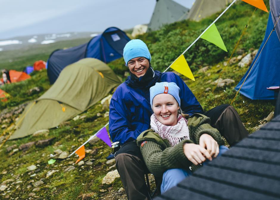 Jostein Løwer og Live Mork kildesorterer i teltet.